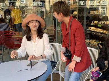 章泽天独自现身剑桥大学被网友偶遇