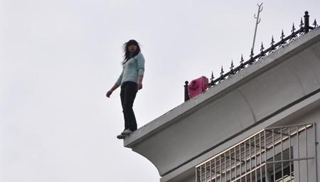 悲剧!女子把5个月女儿抛下楼 自己随后纵身跳下