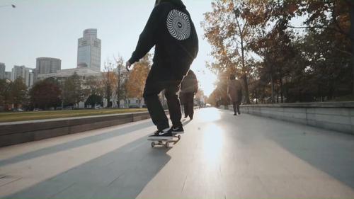 更上海   炫酷!帅气少年用滑板演绎魔都街头版《速度与激情》!