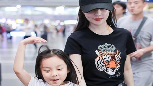 母女现身机场,李小璐穿搭时髦,甜馨长发披肩超开心