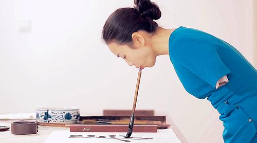 美女用嘴写毛笔字
