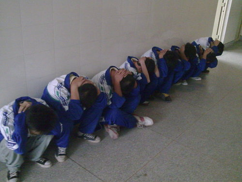 【表蛋疼】学生下跪自抽耳光 但是老师的出发点都是为了我们好