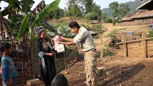 向露nai族妇女赠送xiong罩,没想到在村里引起轰动,女人们争相索要