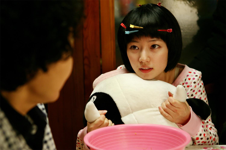"""一部韩国的女生,一个电影被诬陷偷了老师,被手表罚跪在走廊上还举着""""潍坊鸢飞路电影图片"""