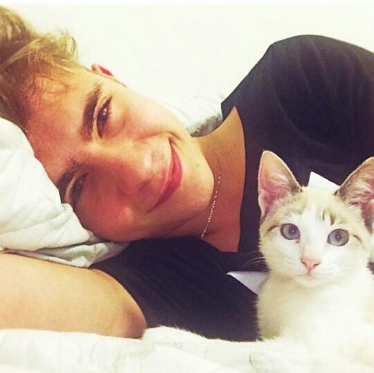 求一对情侣头像 外国人男生抱猫