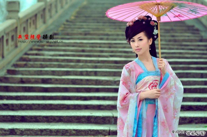 手绘古风美女撑伞