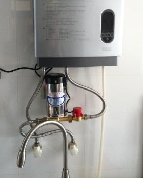 进水口旁边 燃气热水器增压泵是装在室外还是热水器旁边 高清图片