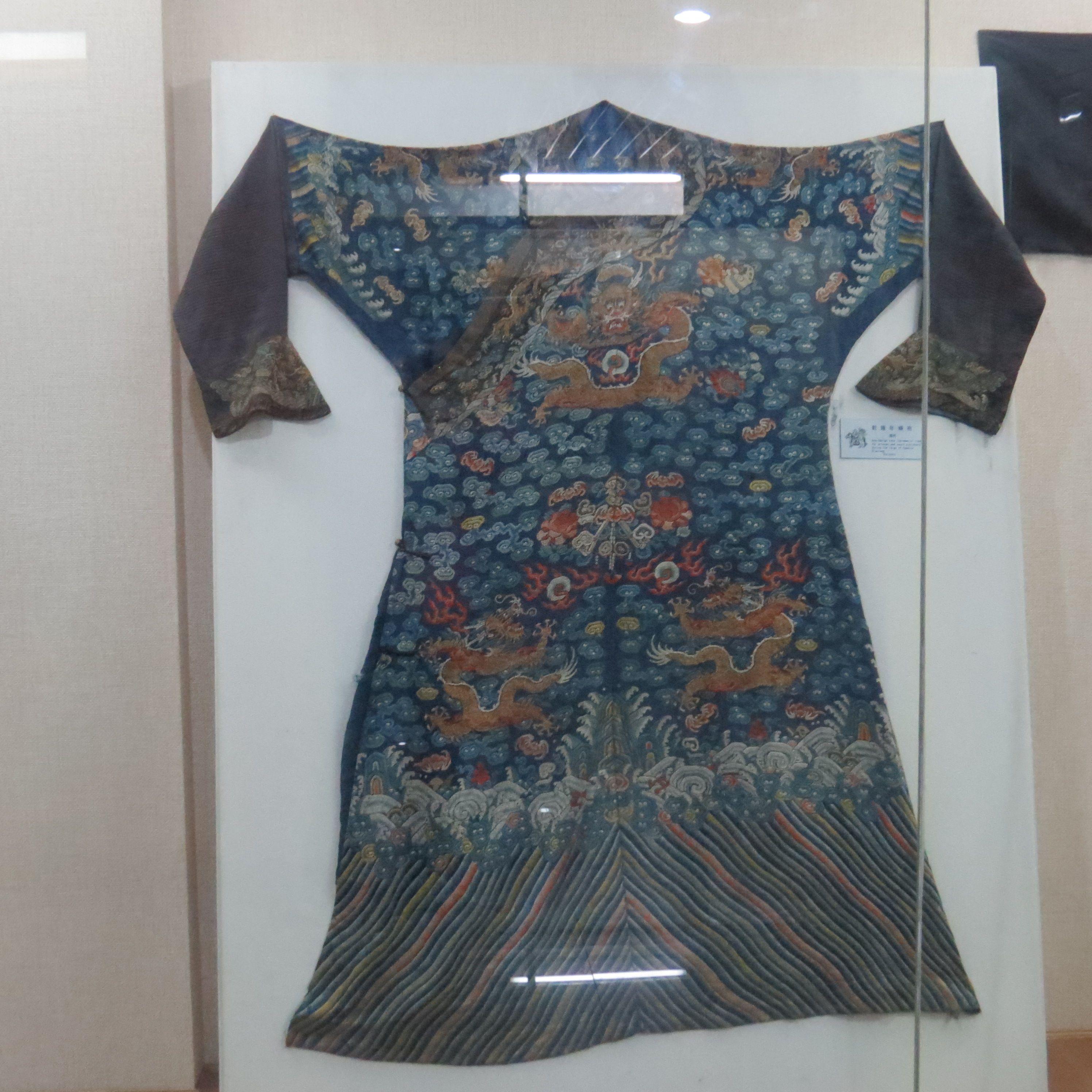 位王爷穿的蟒袍高清图片
