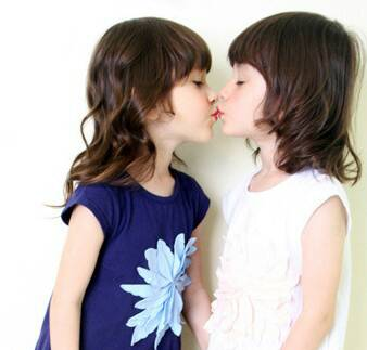 谁能帮我找张两个女生接吻的图片?不要欧美范