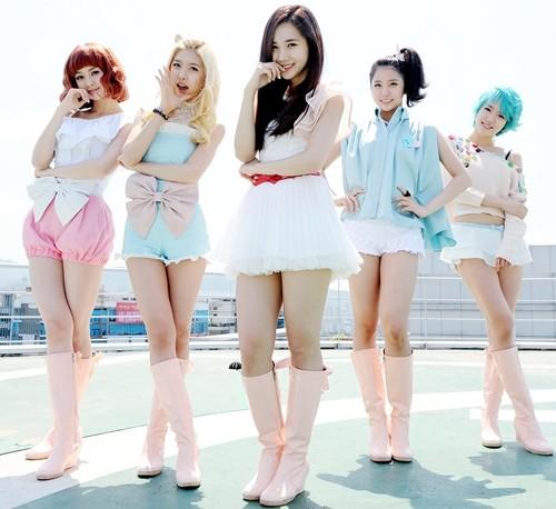 韩国女生组合其中有一个白头发的长发女生长得很漂亮