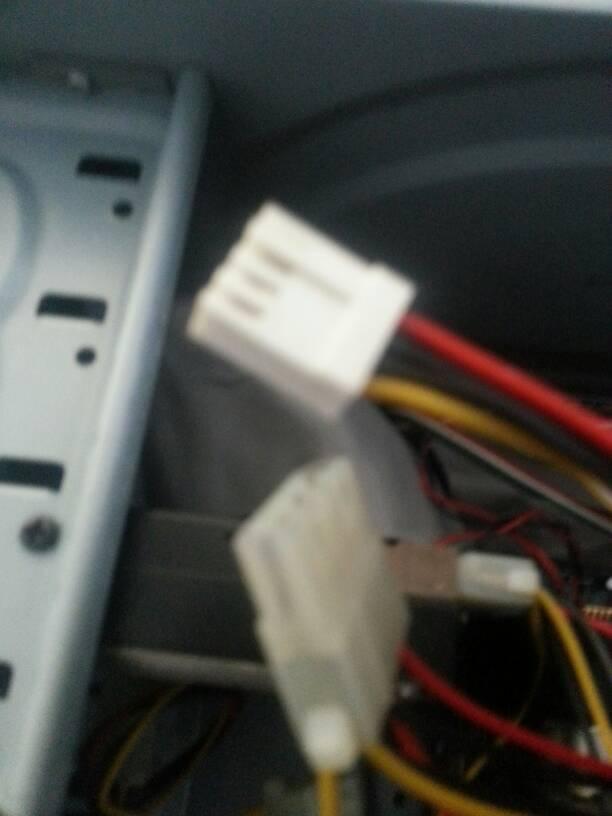 一个技嘉945主板,跳线插好以后第一次开机机箱灯亮一个,显示器图片