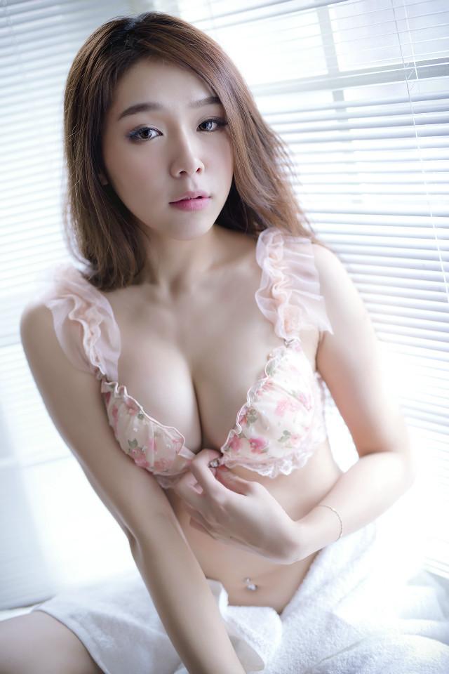 谁知道这位美女叫什么?貌似是人体模特!看图片