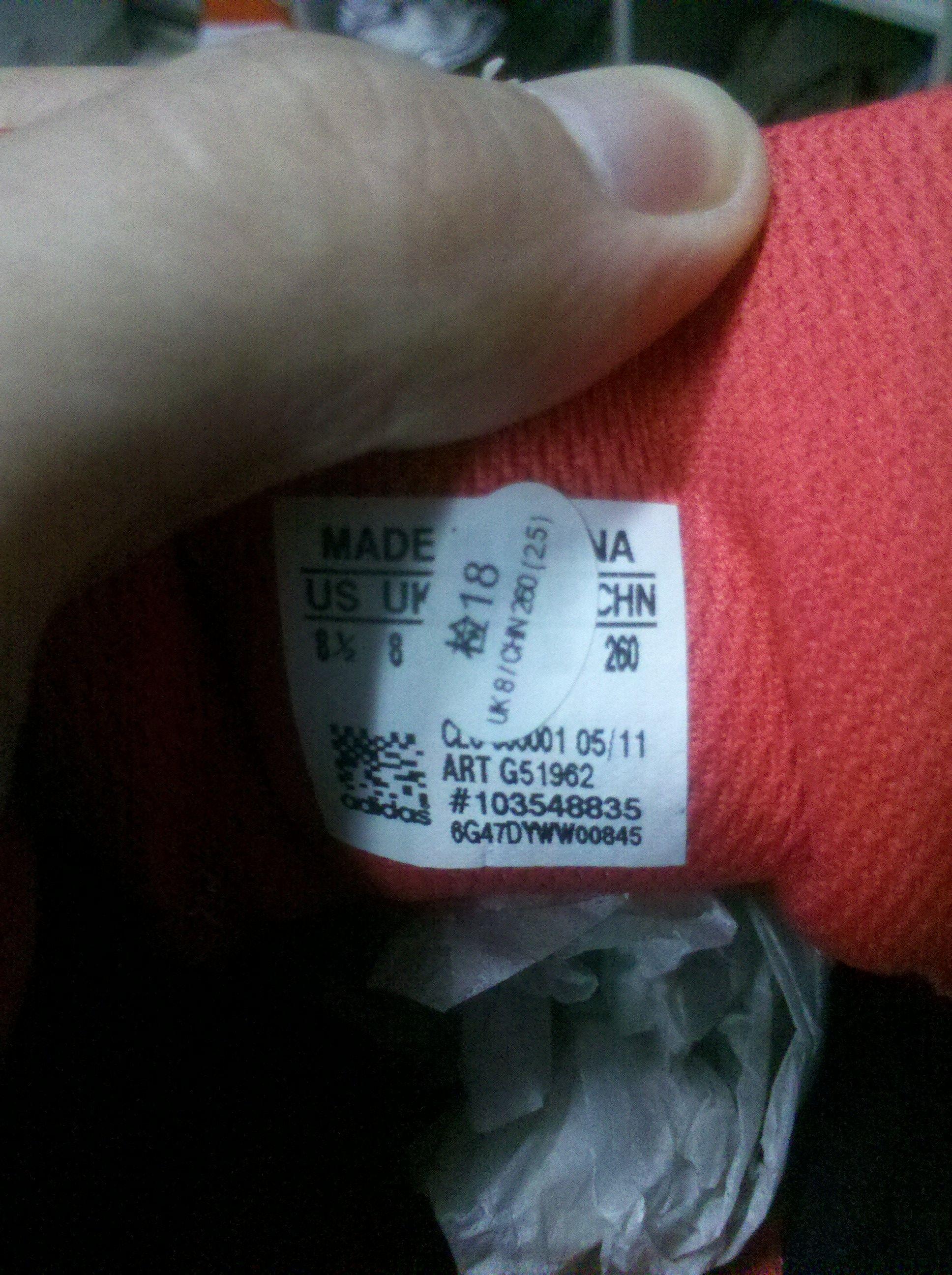 在网上买了双阿迪达斯的跑步鞋,今天刚拿到,感觉鞋底很硬,不