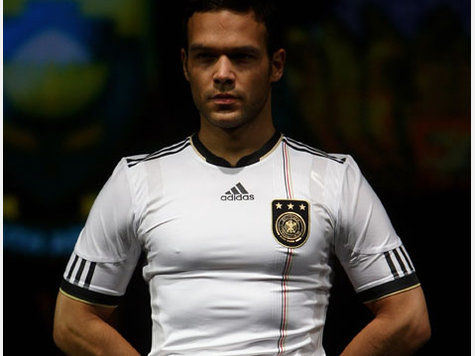 德国国家队赞助商公布了明年出征世界杯的全新球衣图片