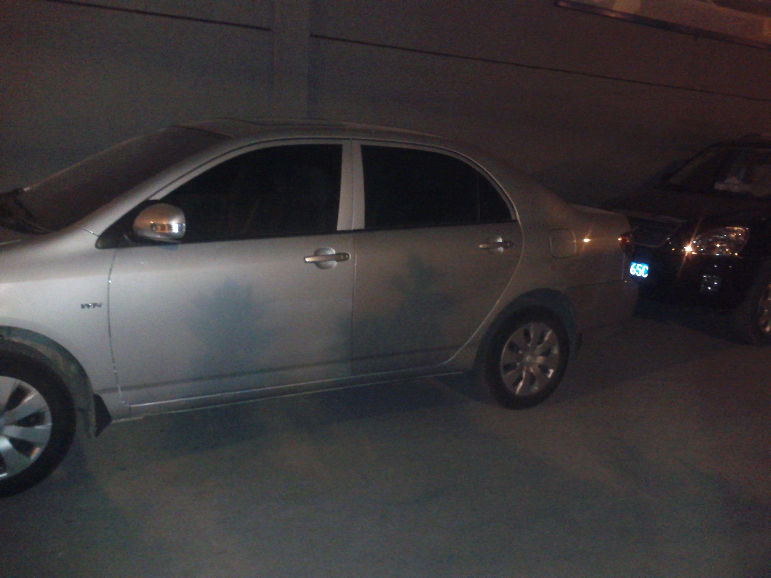 白银丰田车门喷漆白天稍有色差 有时在阴暗的地方比如墙角高清图片