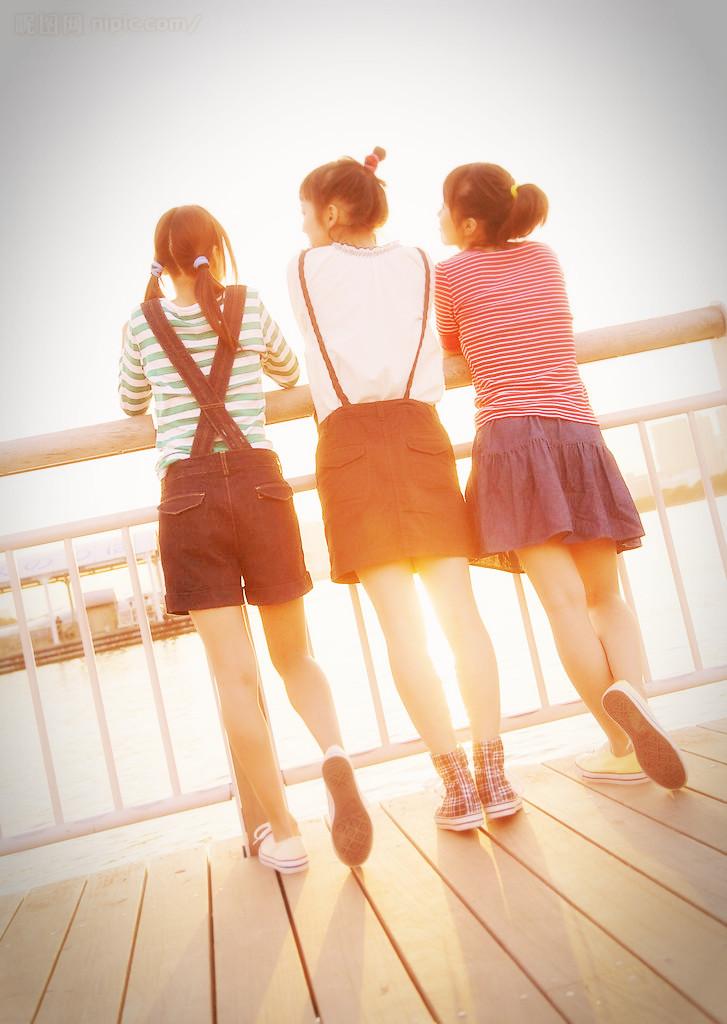 求一张三个女孩一起的背影图片