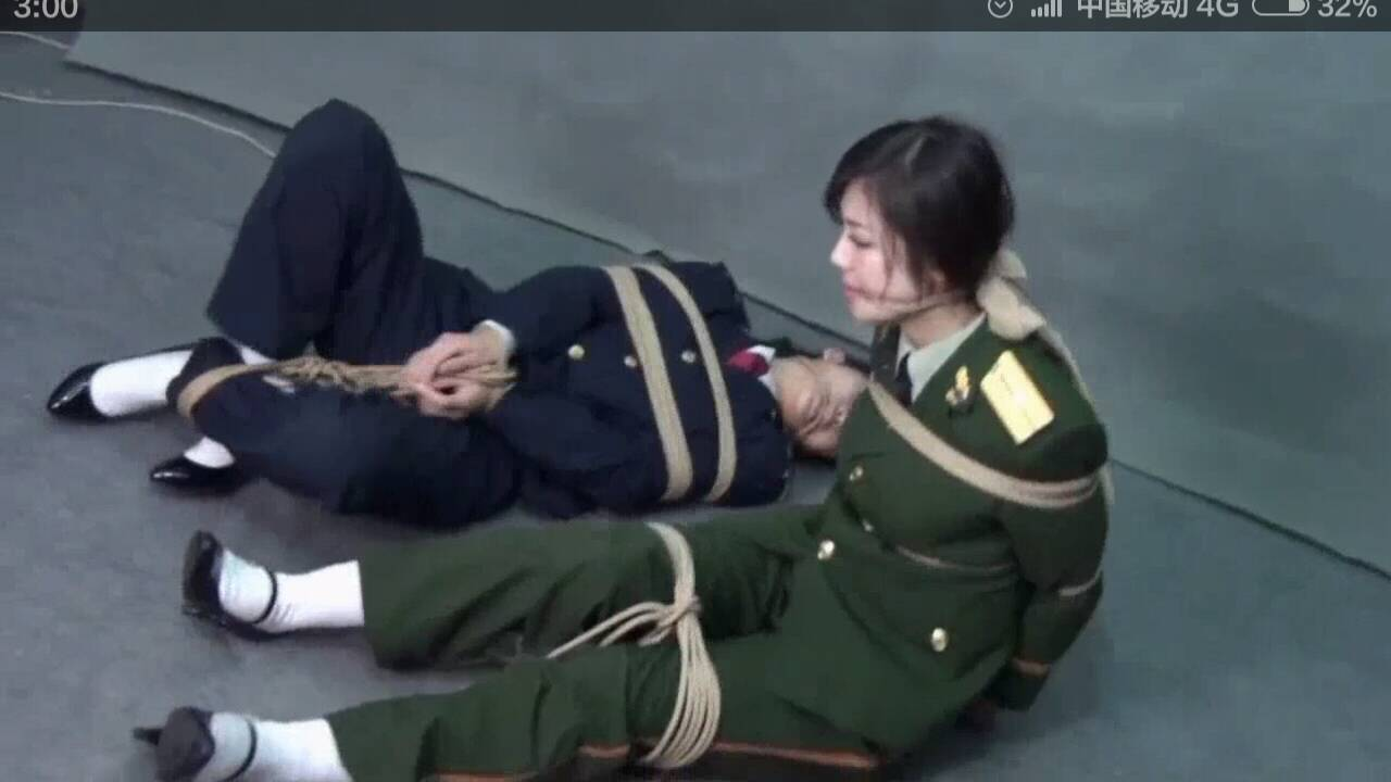 请问图中的这个美女为什么被绳子绑起来了