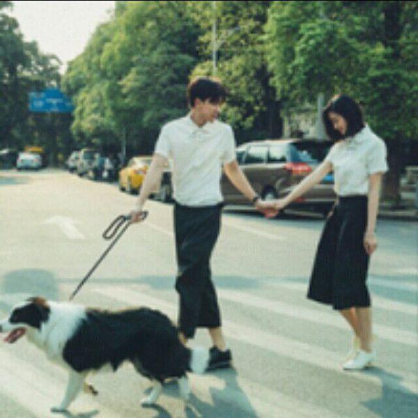 人带着狗的情侣头像