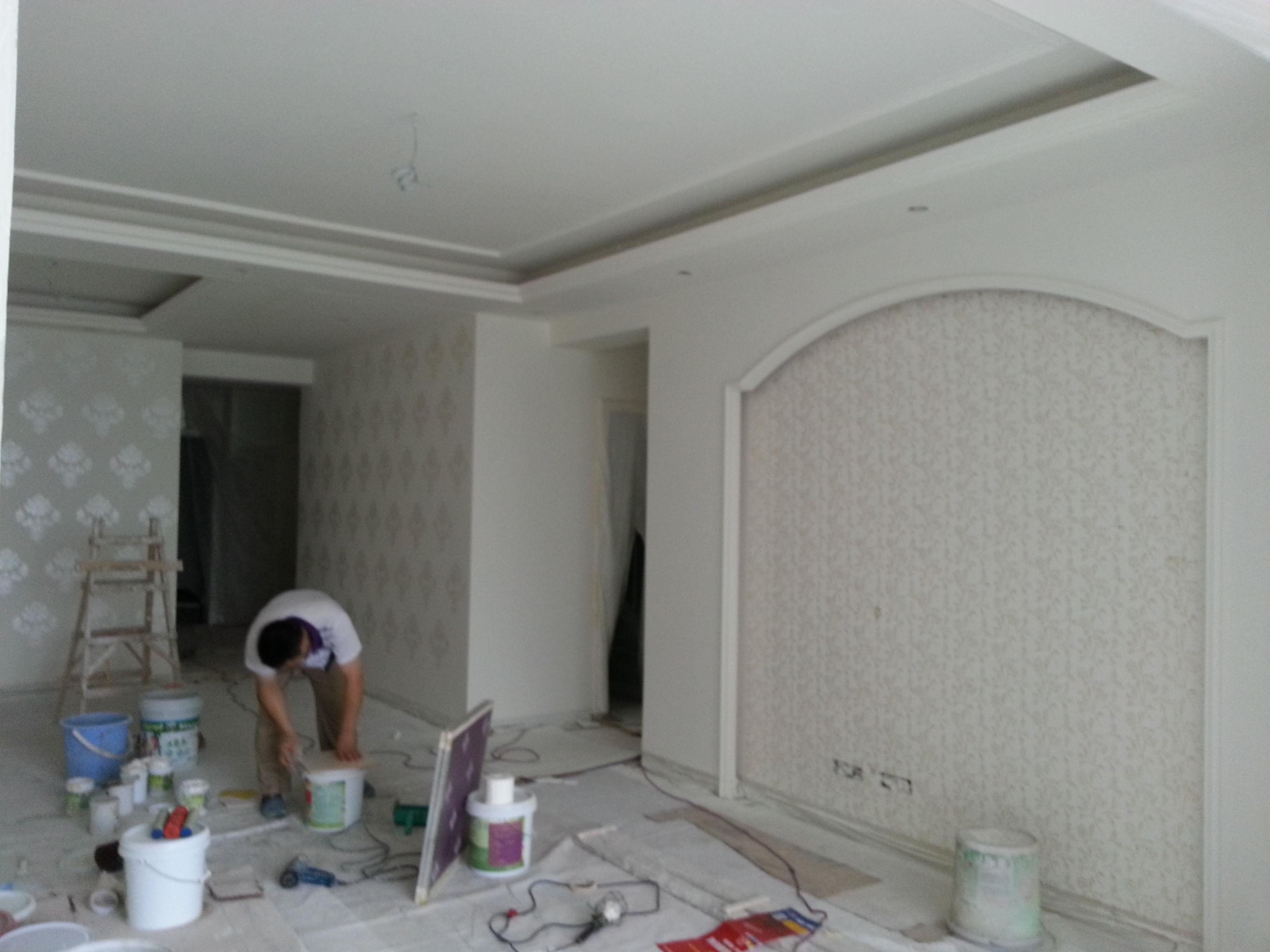 米黄色窗帘和地砖,白色墙面,黄色门柜,配什么颜色的沙发