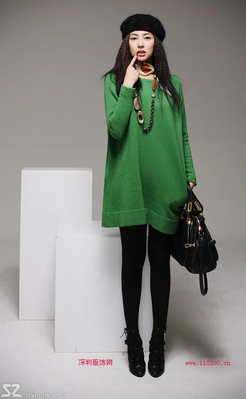 墨绿色的外套里面该搭配哪种颜色的衣服?玫瑰红和蓝色