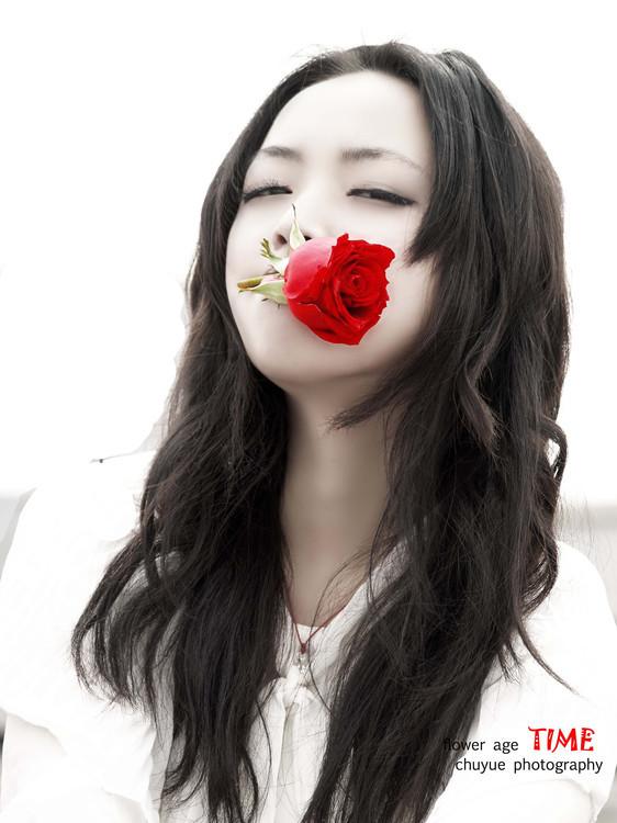 口叼玫瑰的美女?