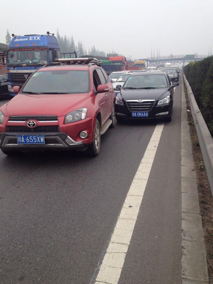 汽车追尾责任 车辆追尾责任划分 汽车转弯追尾责任高清图片