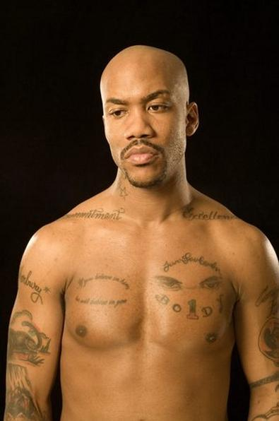 他父母,兄弟姐妹的名字都融入了那个纹身设计里.图片
