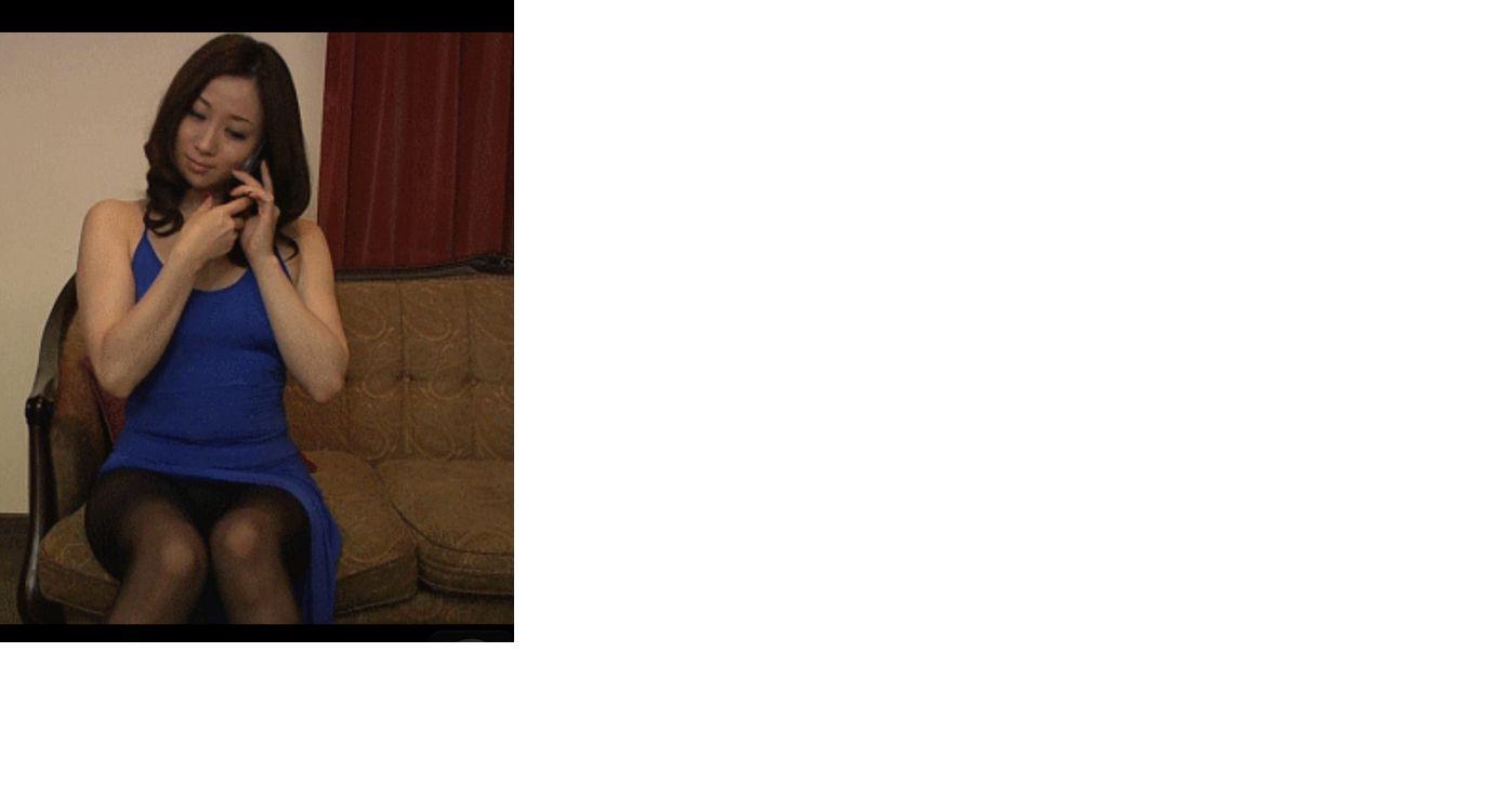 女主角长发坐在沙发上图片