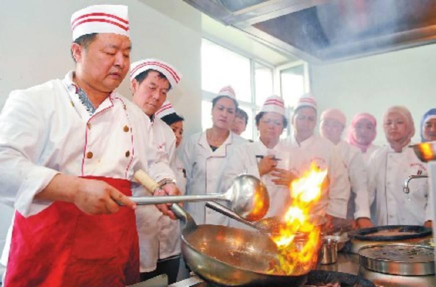 为什么饭店厨师都用勺子炒菜?图片