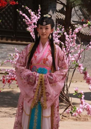饰演明月郡主的是吴静一,她于1985年3月4日出生于辽宁省阜新市,毕业