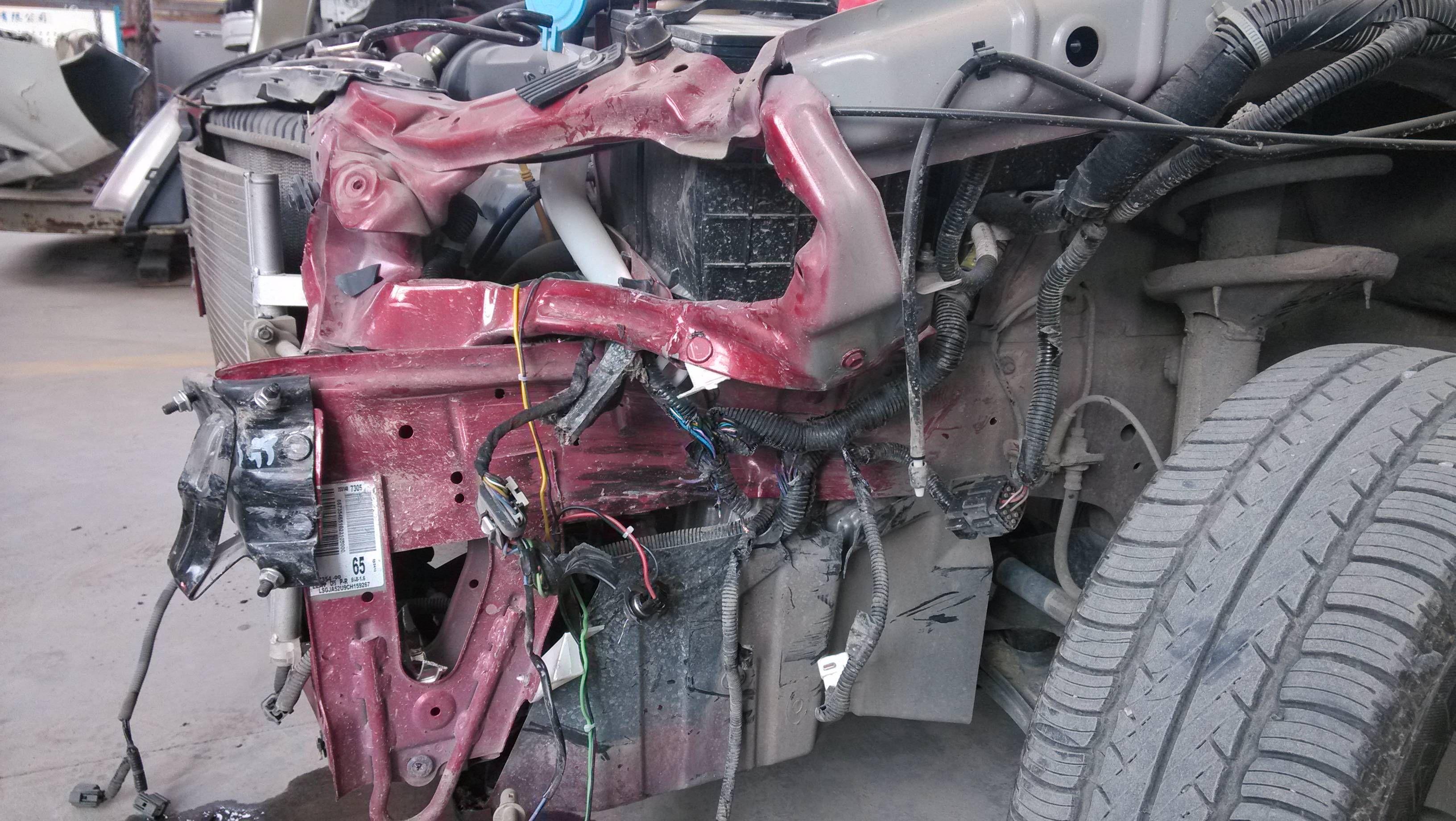 新买的别克汽车前面保险杠 左大灯撞坏了 防撞梁 盖板 侧高清图片