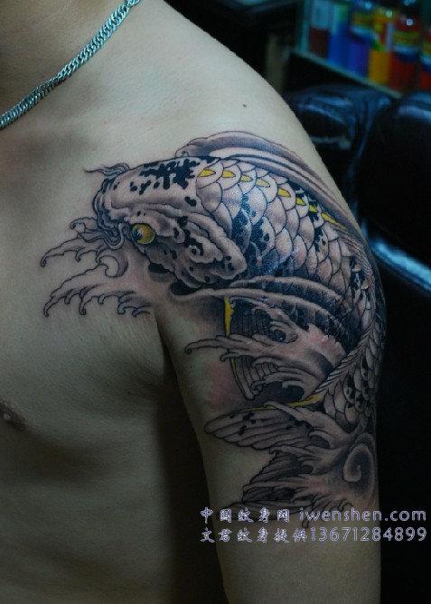 天津纹身价格 我想在左肩胳膊上纹一条鱼 想咨询价格 类似高清图片