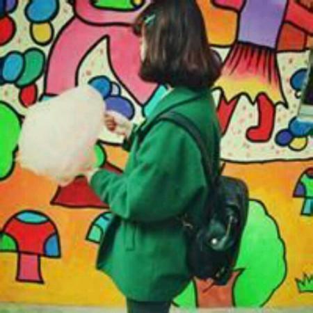 求一个穿着绿色背着书包的女生,拿着棉花糖,和这个图片的情侣网名图片
