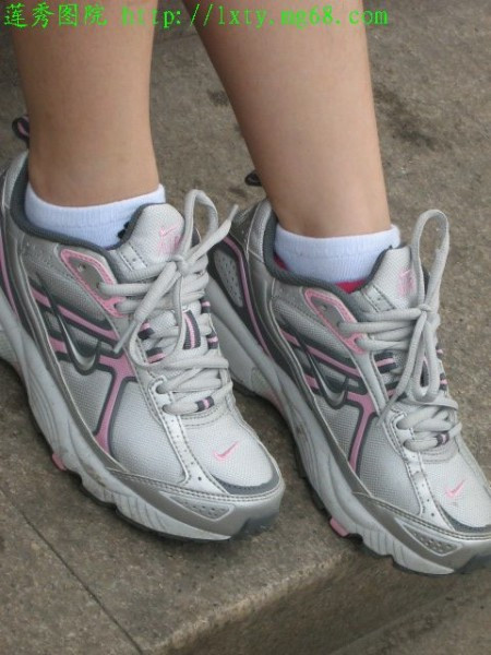 动鞋白袜的图片