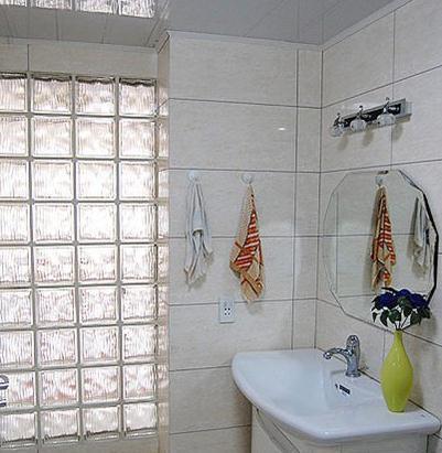 装修效果图   浅灰色客厅哑光地板瓷砖搭配白色砖砌电视墙装高清图片