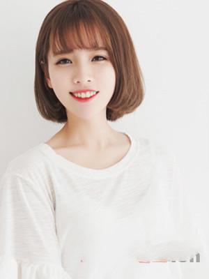 一款清新的中短发发型,甜美的齐刘海显露出清爽而且有气质的一面来,发图片