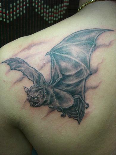 求一个背部蝙蝠纹身 高清图片