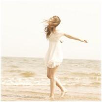 长发穿白色的裙子