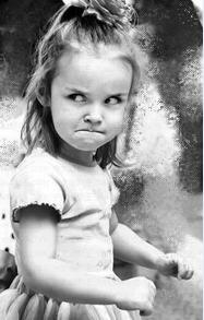 金发小女孩生气的表情图片