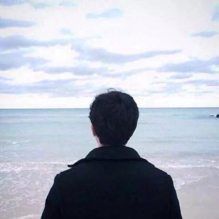 求情侣头像 海边背影 一男一女分开的图片