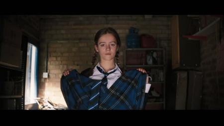 一个英国女孩掀开裙子褪下内裤给一个小看
