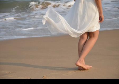一个小女孩裙子被吹的萌图图片