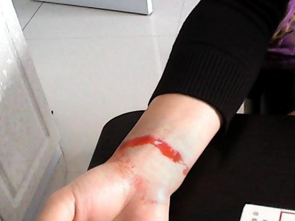 PS割腕的照片 要求伤口逼真 有血 求PS大神 急 效果好 ...