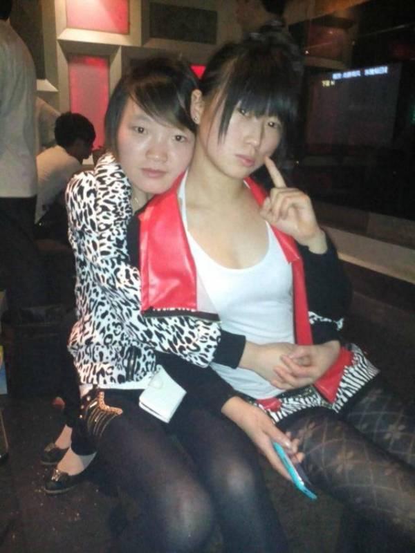 右边的女孩子怎么样 你们觉得漂亮吗图片