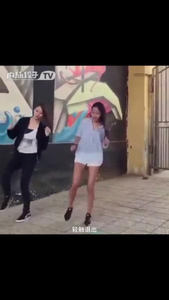 两个美女跳seve