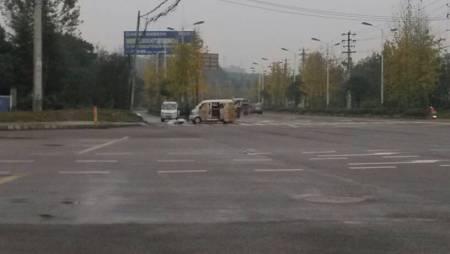 这种人在人行横道摆摊卖汽车用品怎么交警没扣他分呢 高清图片